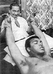 Mohamed Ali recevant un shiatsu de T. Namikoshi
